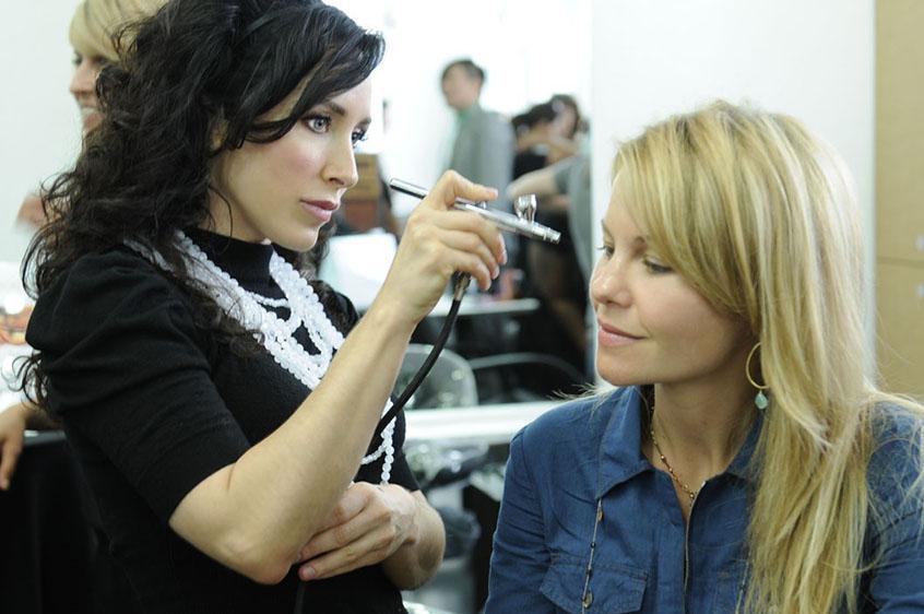 Curso de maquillaje con Aerógrafo entre los curos de Domeka Vera