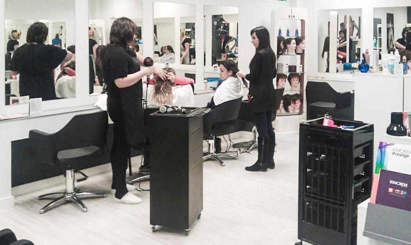 Curso básico de peluquería, realizando tratamientos capilares y secado.