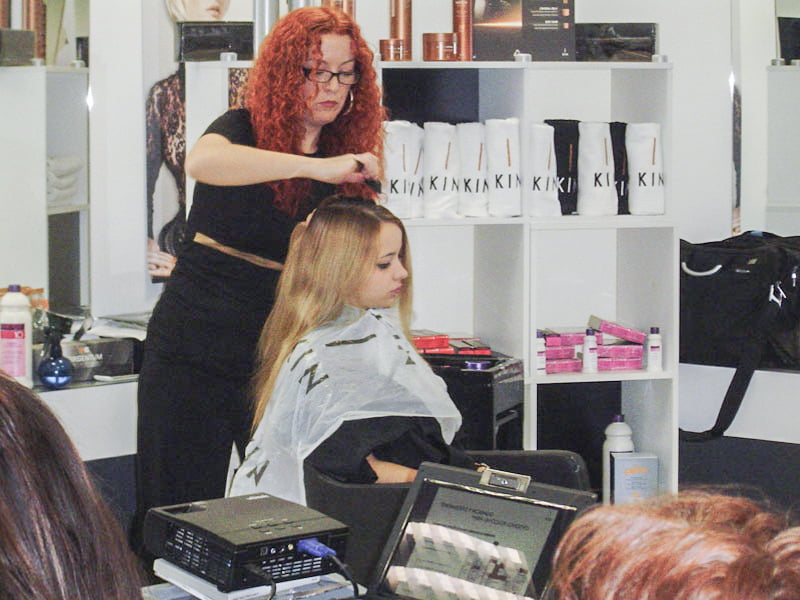 Curso básico de peluquería, realizando peinados.