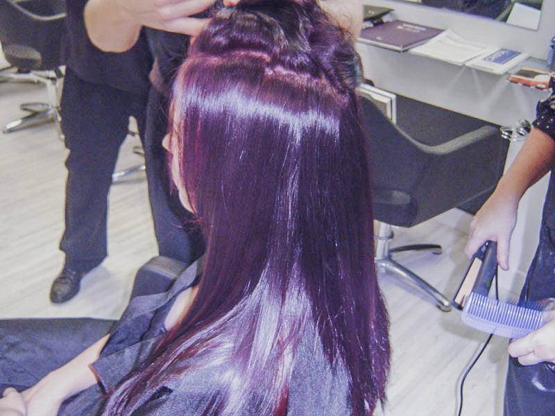 Curso básico de peluquería, aplicando coloración capilar.