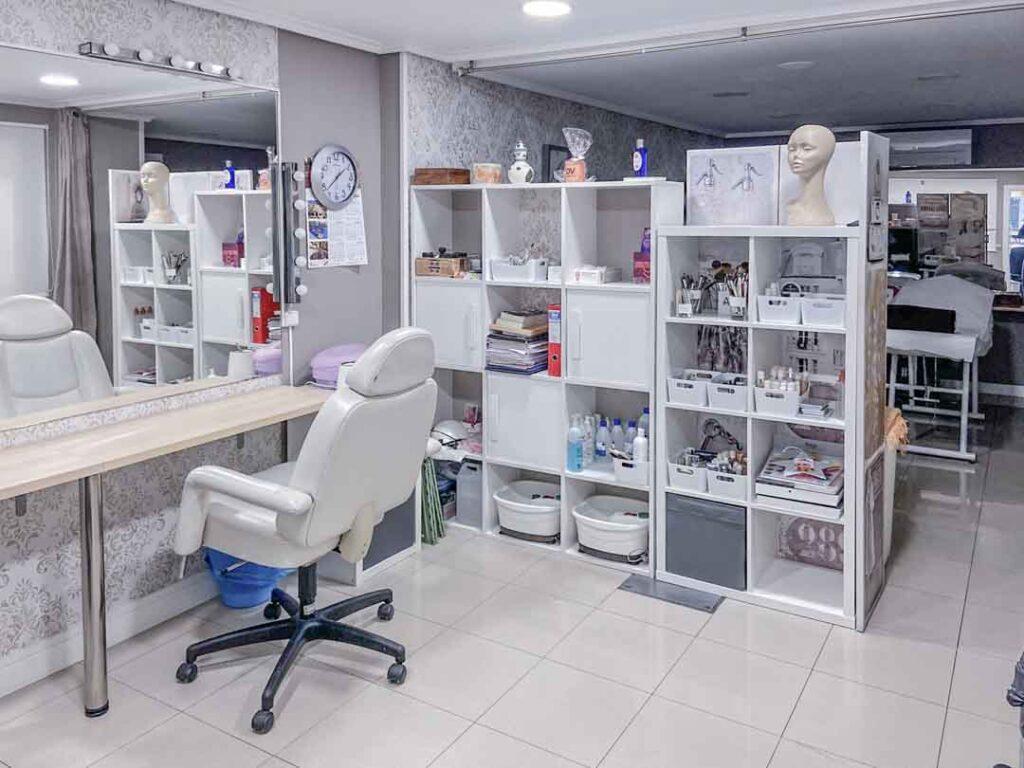 Fotografías de las nuevas instalaciones de la Escuela Domeka Vera. Zona de tratamientos faciales.