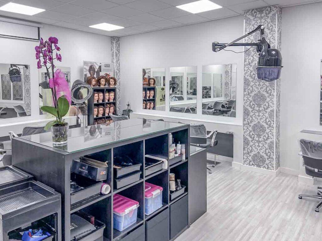 Fotografías de las nuevas instalaciones de la Escuela Domeka Vera. Zona de peluquería y secado de pelo.