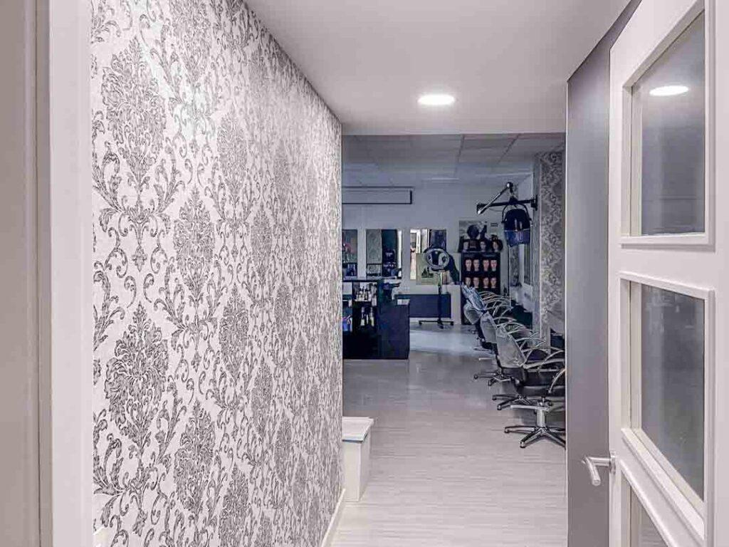Fotografías de las nuevas instalaciones de la Escuela Domeka Vera. Zona de peluquería.