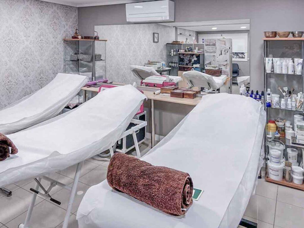 Fotografías de las nuevas instalaciones de la Escuela Domeka Vera. Zona de camillas para todo tipo de masajes.