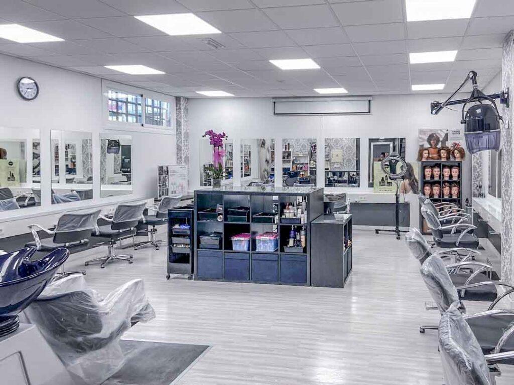 Fotografías de las nuevas instalaciones de la Escuela Domeka Vera. Visión general de la peluquería de la Escuela.