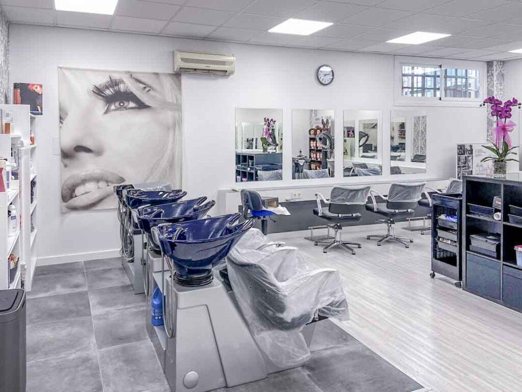 Fotografías de las nuevas instalaciones de la Escuela Domeka Vera. Zona de lavado del cabello y parte de la zona de corte.