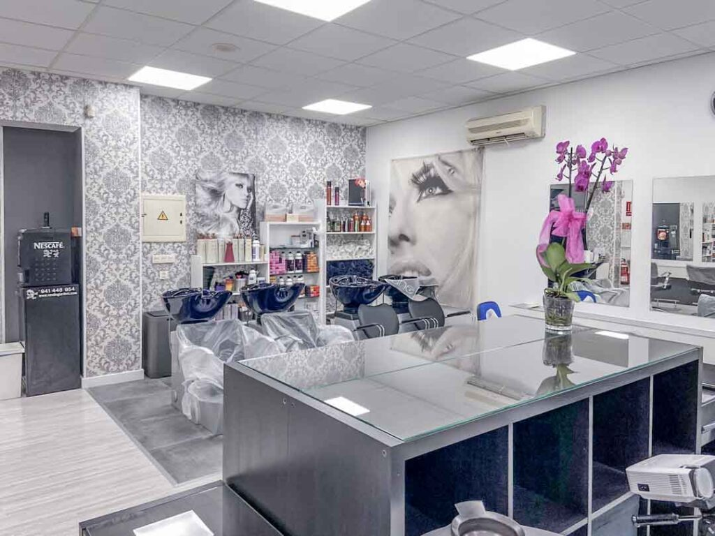 Fotografías de las nuevas instalaciones de la Escuela Domeka Vera. Zona de lavado del cabello.