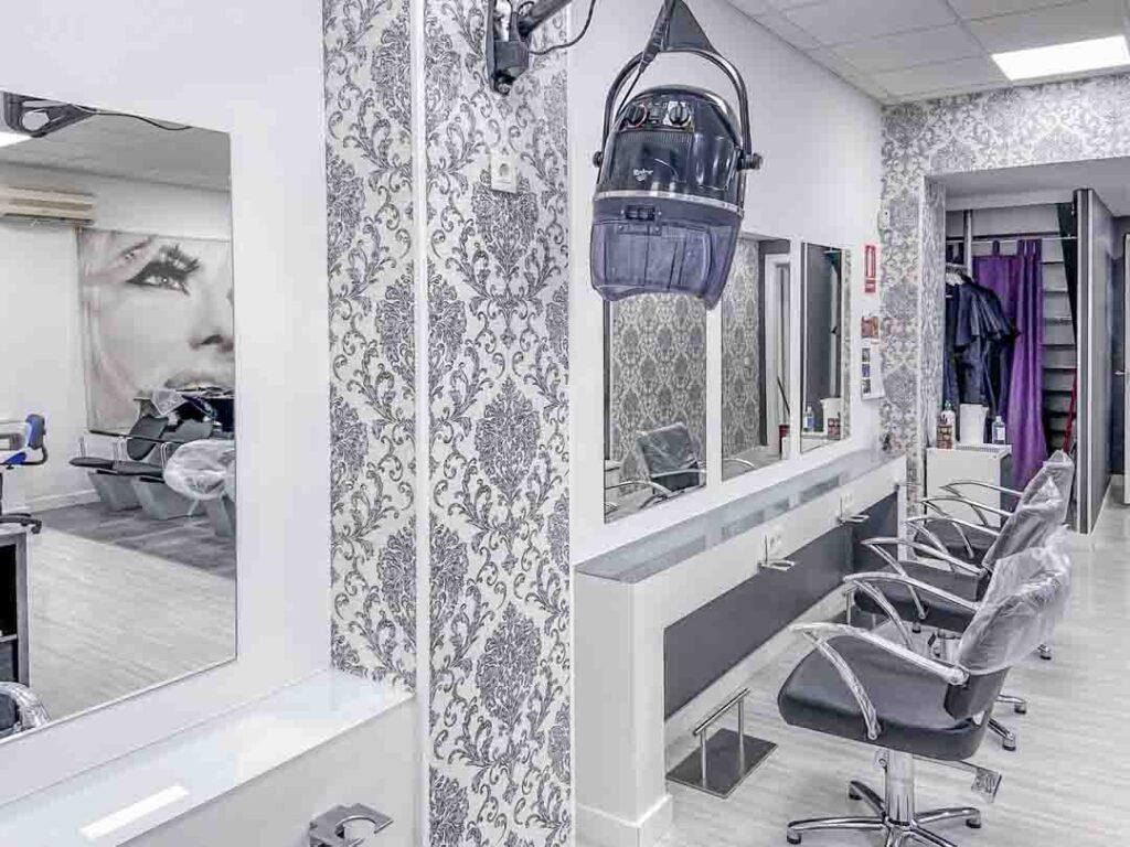 Fotografías de las nuevas instalaciones de la Escuela Domeka Vera. Zona de peluquería con espejos.